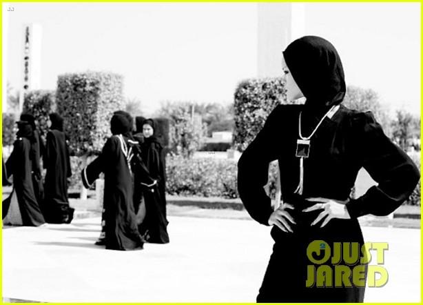 rihanna asked to leave abu dahbi mosque after photo shoot 082976332