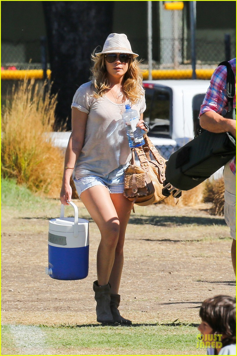 leann rimes hand brace is not my best fashion accessory 012966821