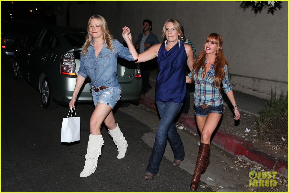 leann rimes girls night out at oil can harrys 03