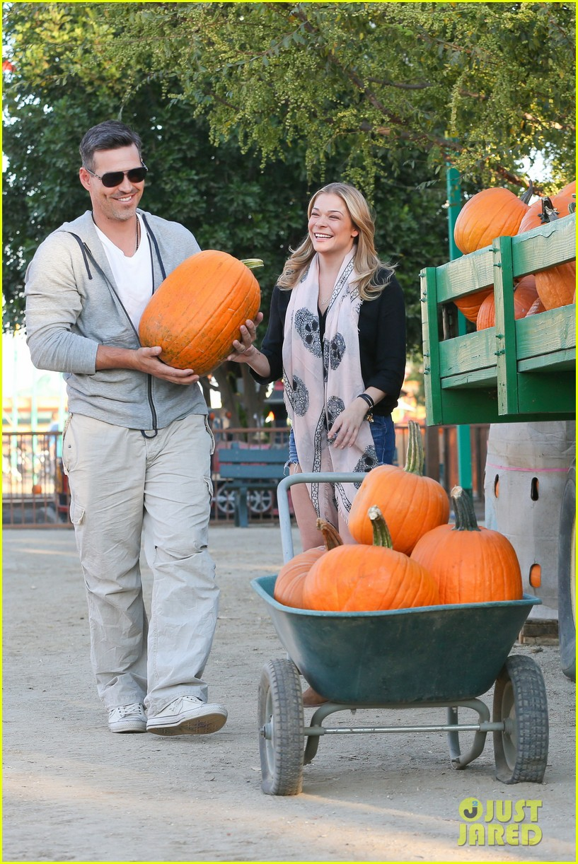 leann rimes eddie cibrian pumpkin picking pair 01