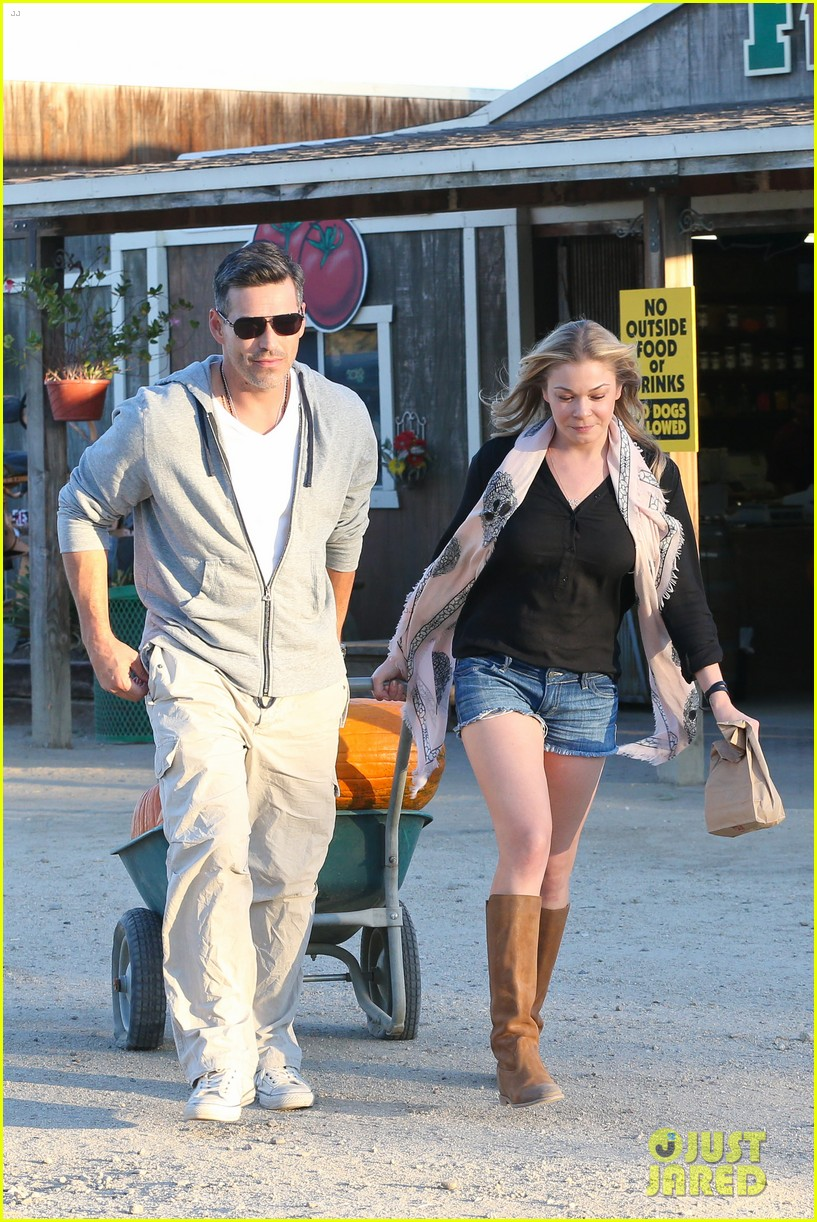 leann rimes eddie cibrian pumpkin picking pair 052974225
