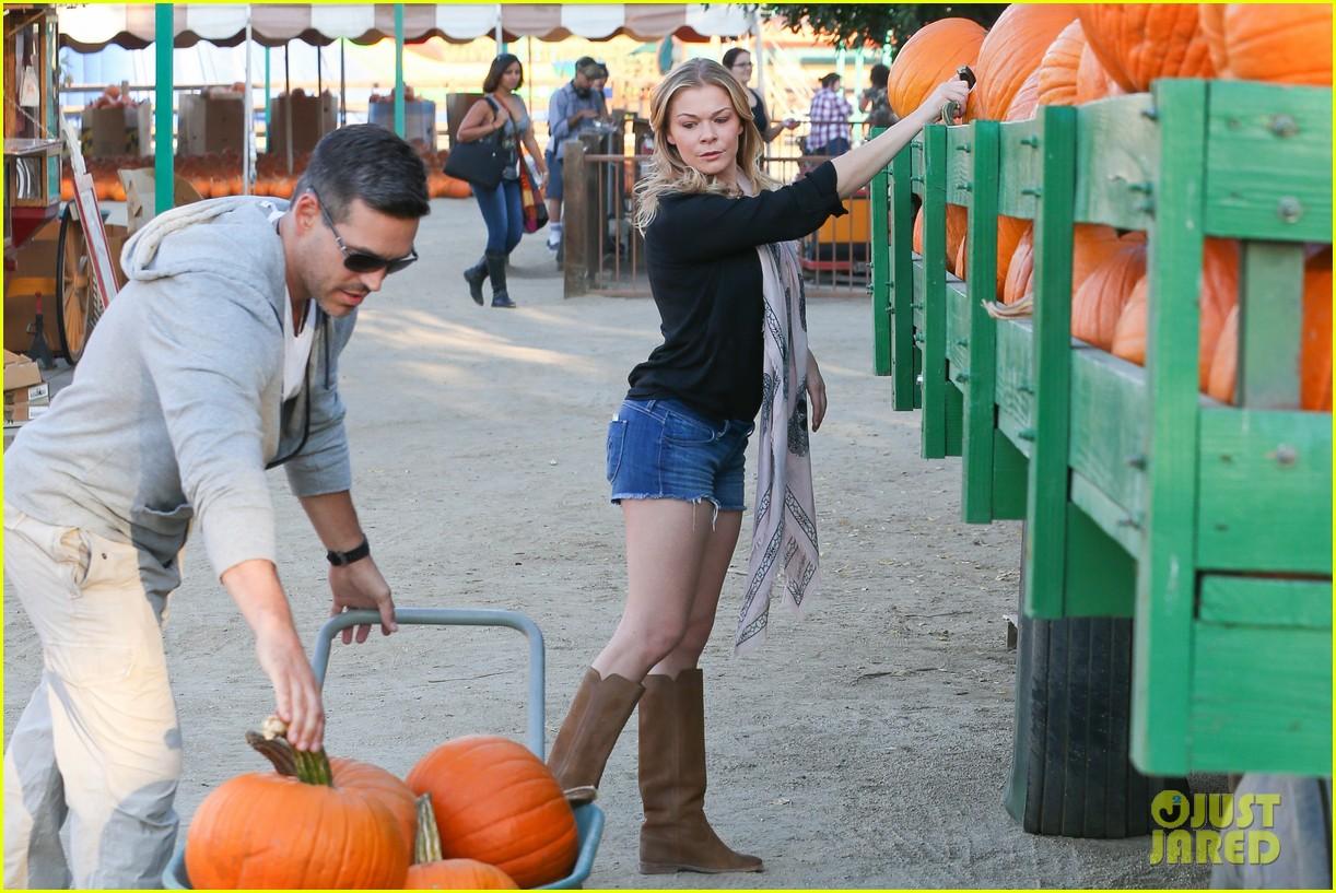 leann rimes eddie cibrian pumpkin picking pair 062974226