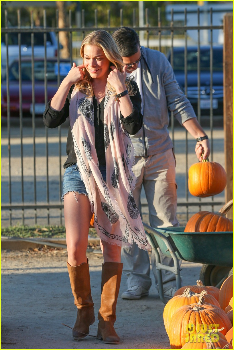 leann rimes eddie cibrian pumpkin picking pair 132974233