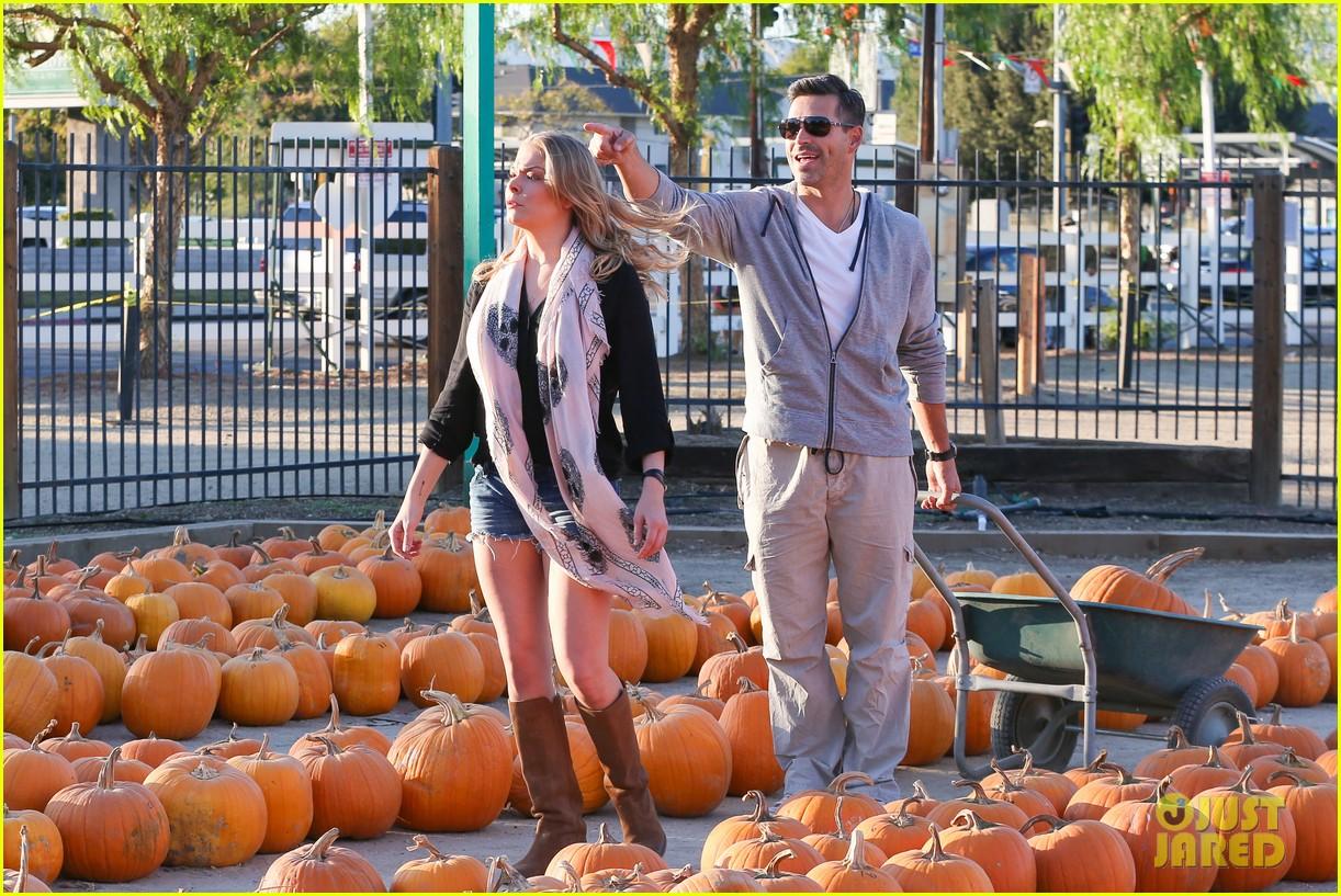 leann rimes eddie cibrian pumpkin picking pair 142974234