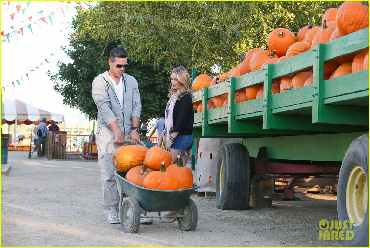 leann rimes eddie cibrian pumpkin picking pair 152974235