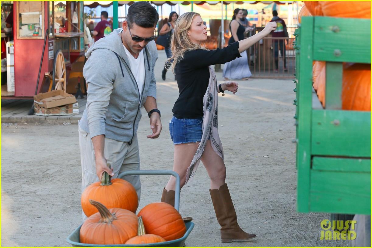 leann rimes eddie cibrian pumpkin picking pair 202974240