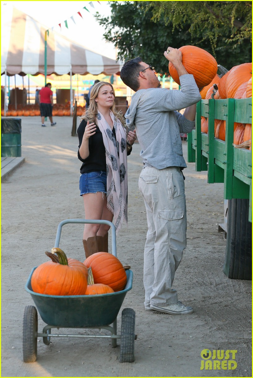 leann rimes eddie cibrian pumpkin picking pair 222974242