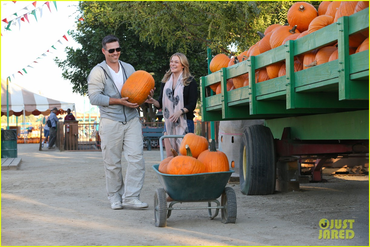 leann rimes eddie cibrian pumpkin picking pair 232974243
