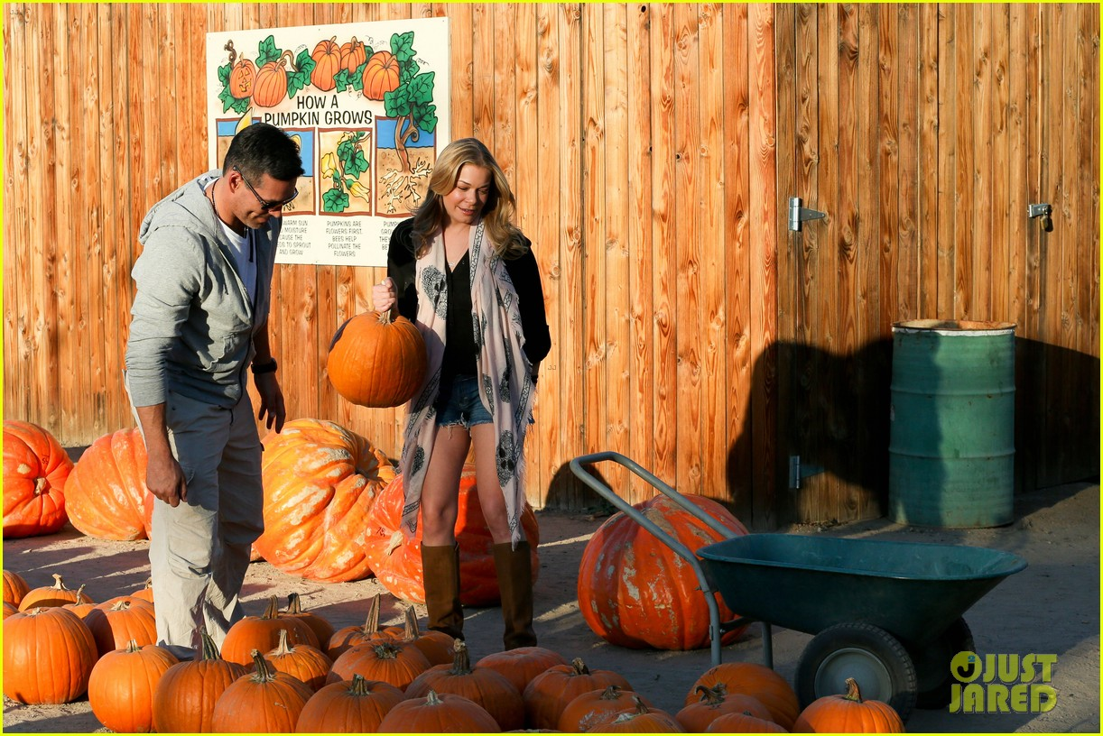 leann rimes eddie cibrian pumpkin picking pair 242974244