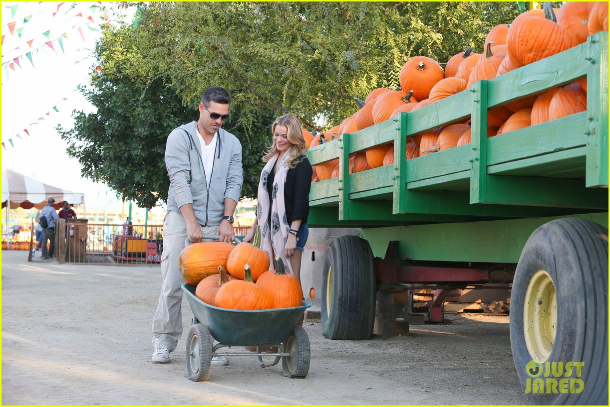 leann rimes eddie cibrian pumpkin picking pair 252974245