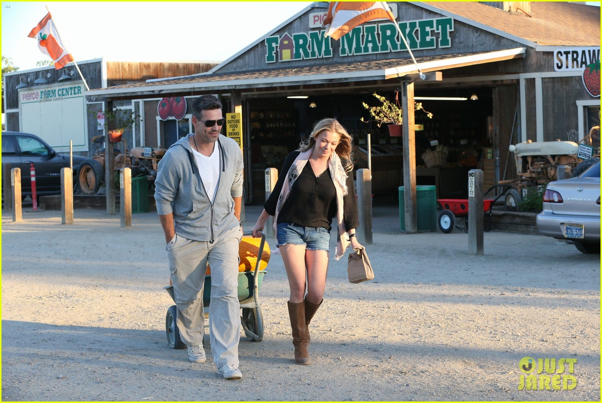 leann rimes eddie cibrian pumpkin picking pair 262974246