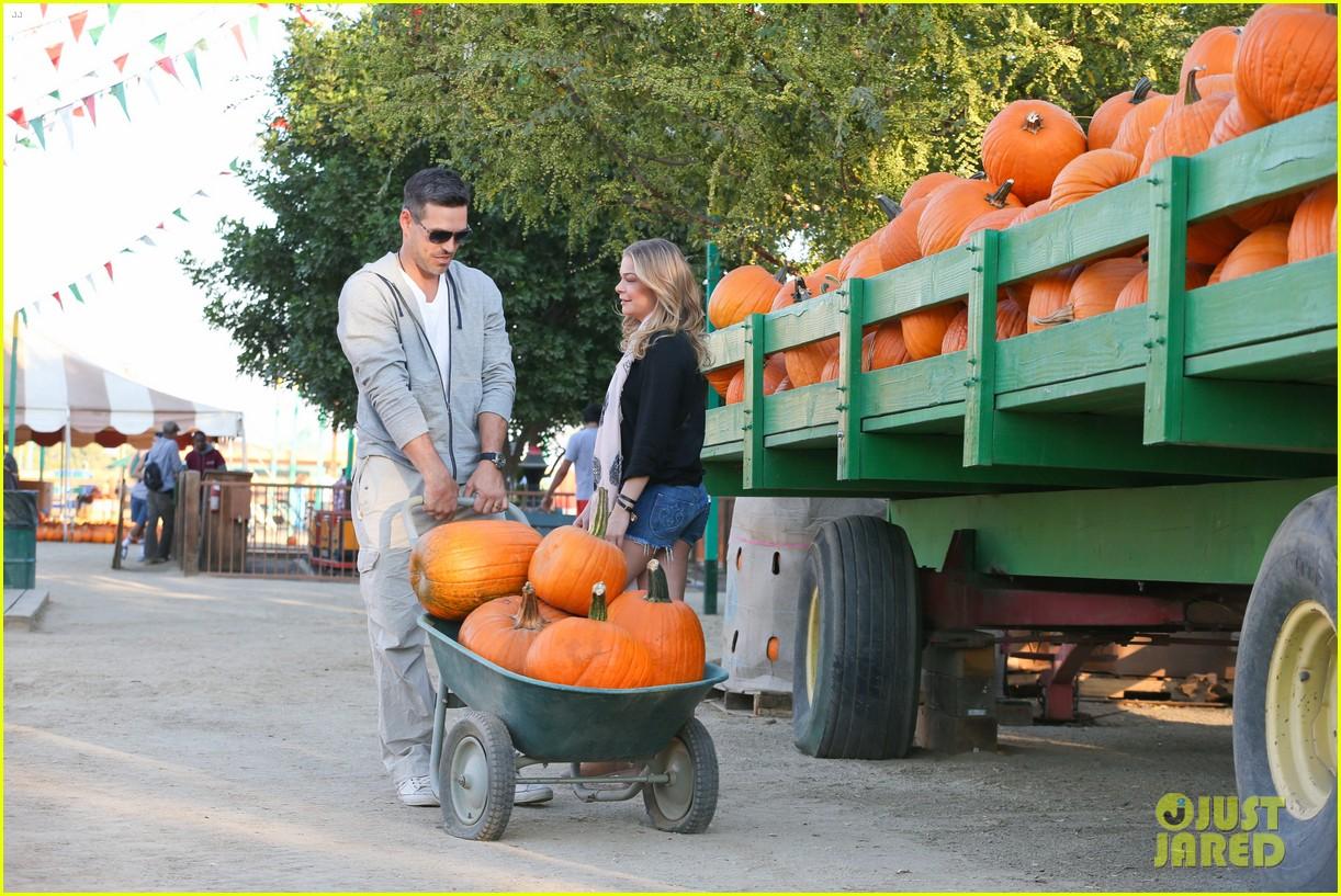 leann rimes eddie cibrian pumpkin picking pair 272974247