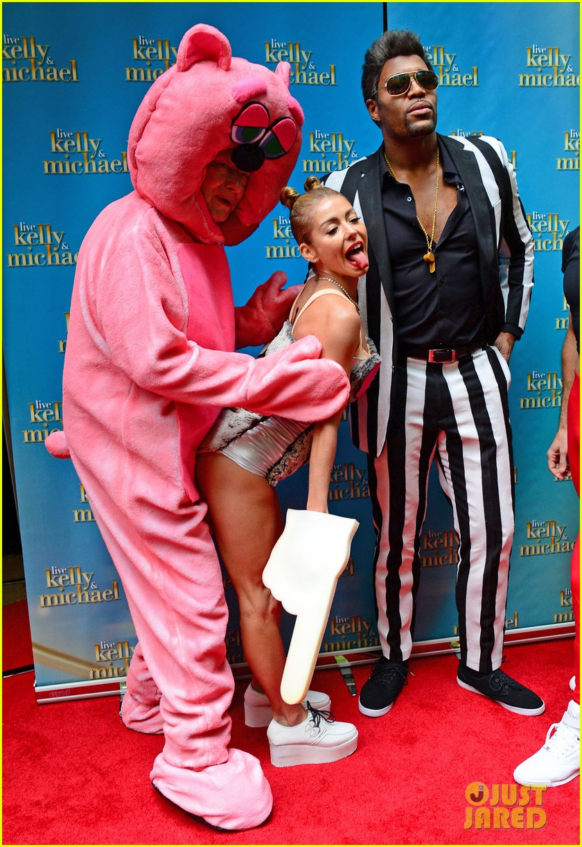 kelly ripa miley cryus vma halloween costume with michael strahan as robin thicke 012983435
