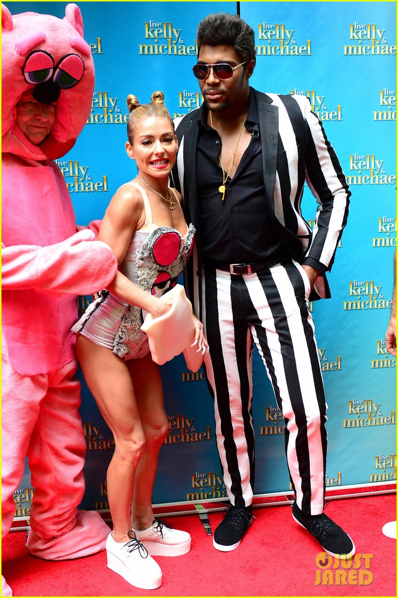 kelly ripa miley cryus vma halloween costume with michael strahan as robin thicke 032983437