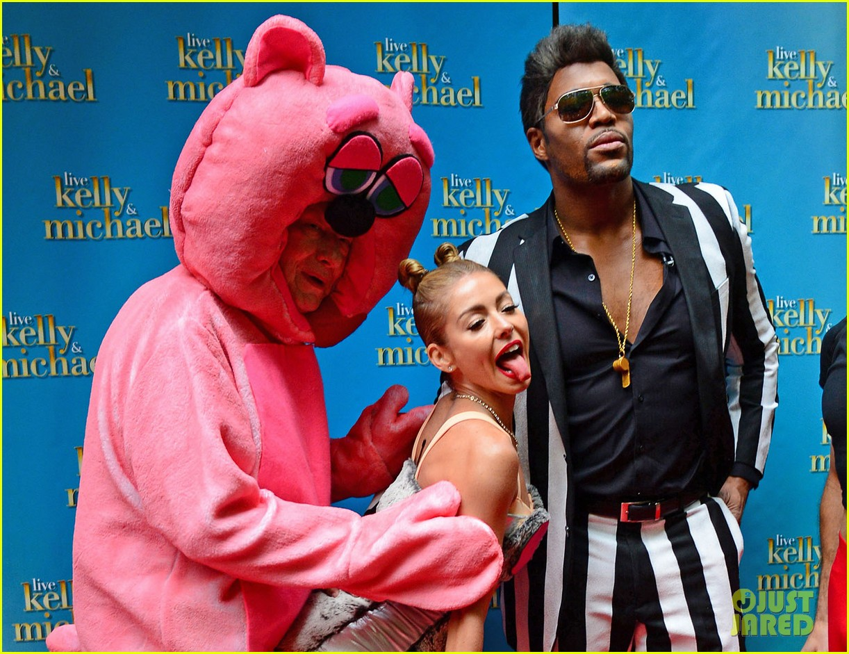 kelly ripa miley cryus vma halloween costume with michael strahan as robin thicke 042983438
