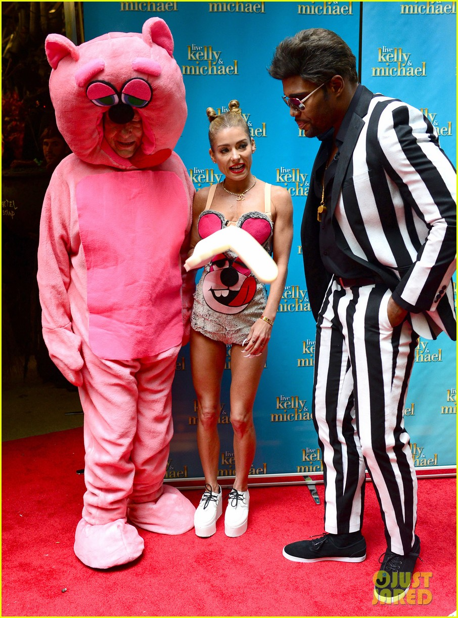 kelly ripa miley cryus vma halloween costume with michael strahan as robin thicke 052983439