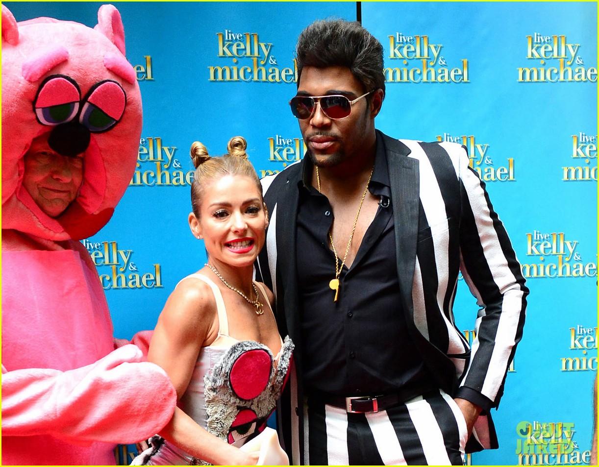 kelly ripa miley cryus vma halloween costume with michael strahan as robin thicke 062983440