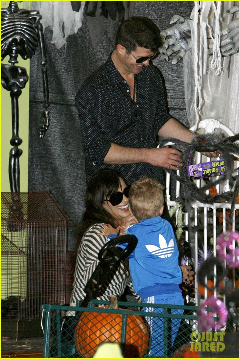 robin thicke paula patton smooches pumpkin patch 272981006