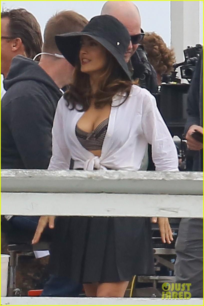 salma hayek bra reveal how to make love like englishman filming 352977799