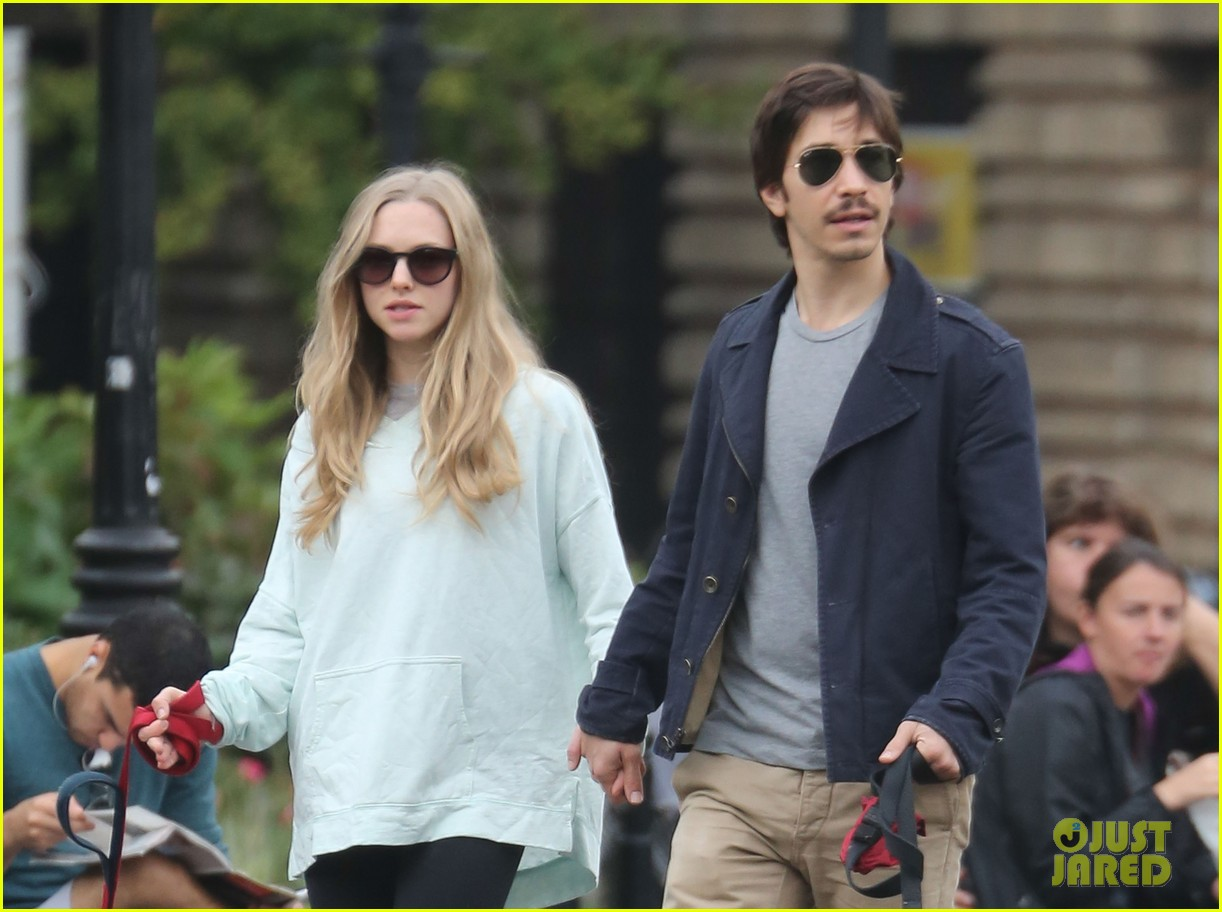 amanda seyfried justin long hold hands for dog walk 022973666