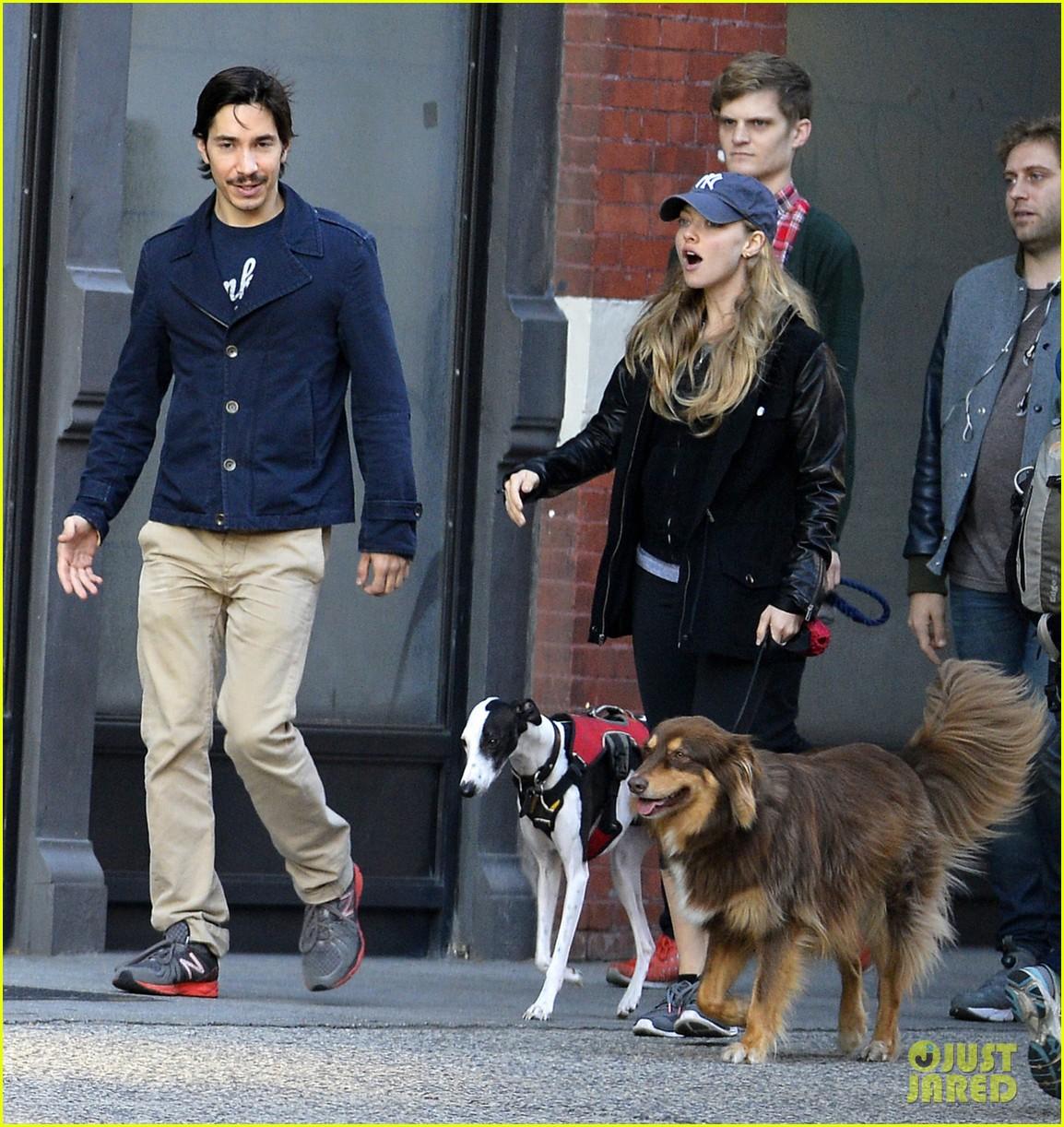 amanda seyfried justin long hold hands for dog walk 032973667