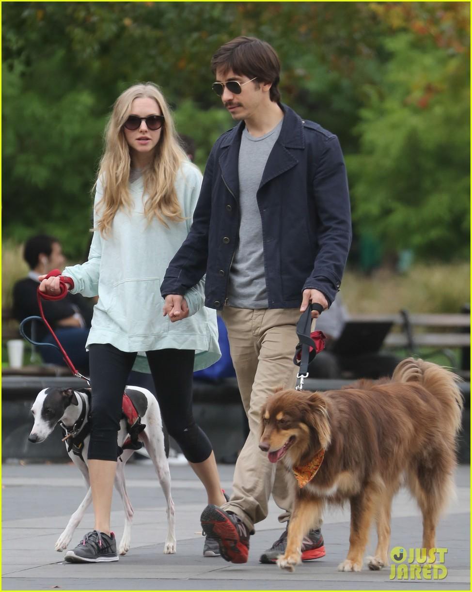 amanda seyfried justin long hold hands for dog walk 042973668