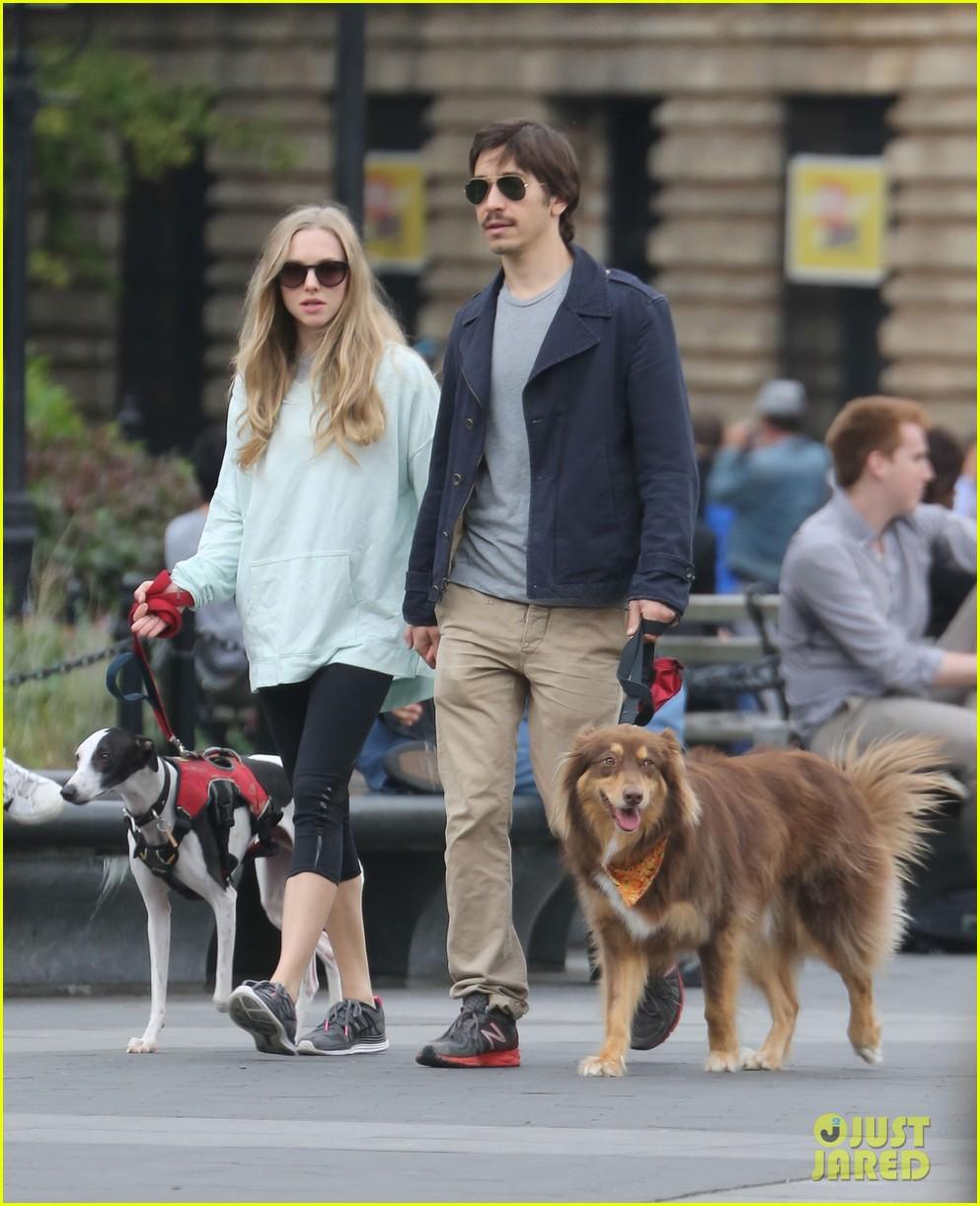 amanda seyfried justin long hold hands for dog walk 052973669