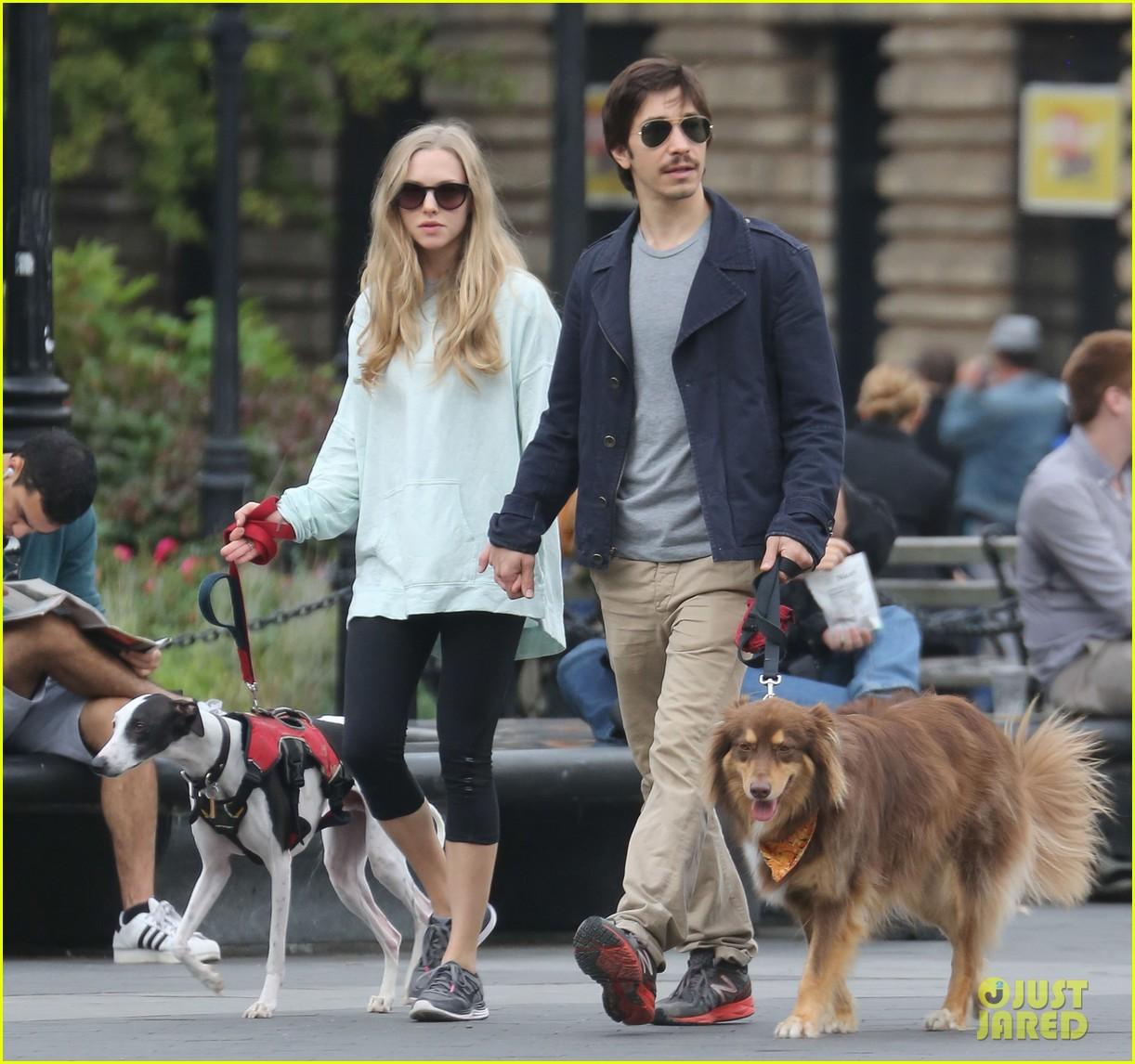 amanda seyfried justin long hold hands for dog walk 072973671