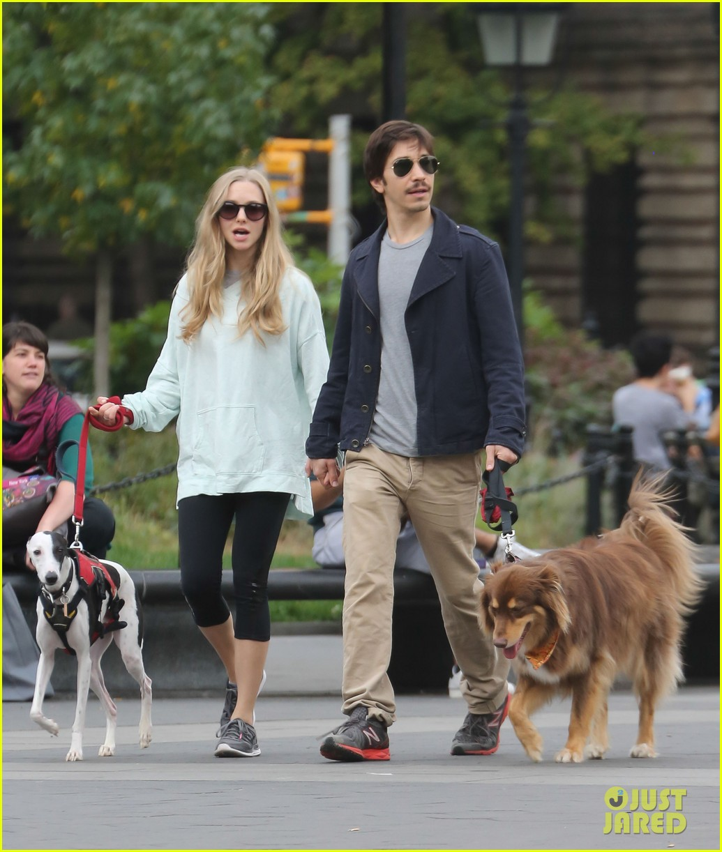 amanda seyfried justin long hold hands for dog walk 082973672