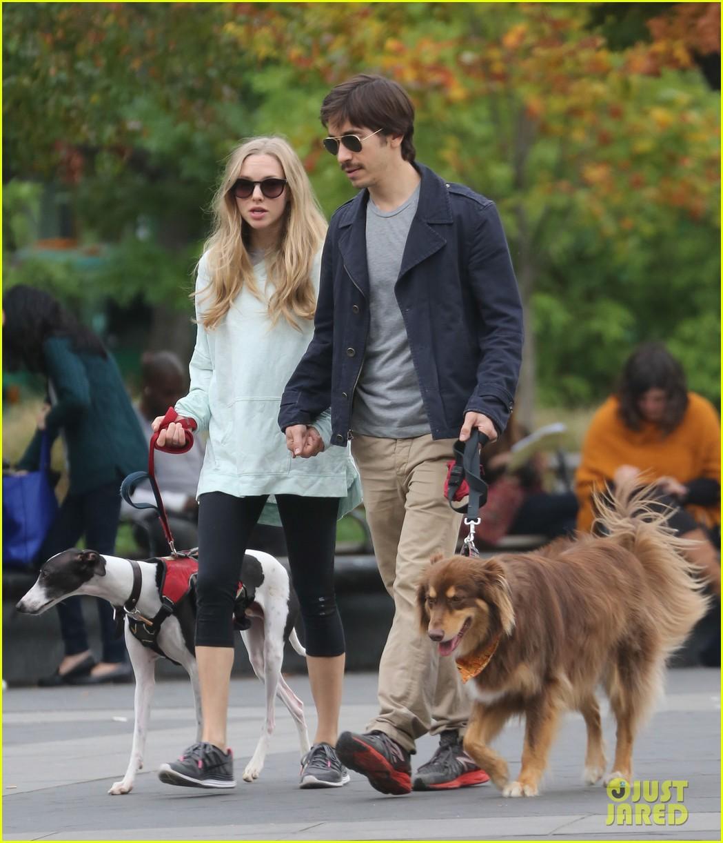 amanda seyfried justin long hold hands for dog walk 102973674