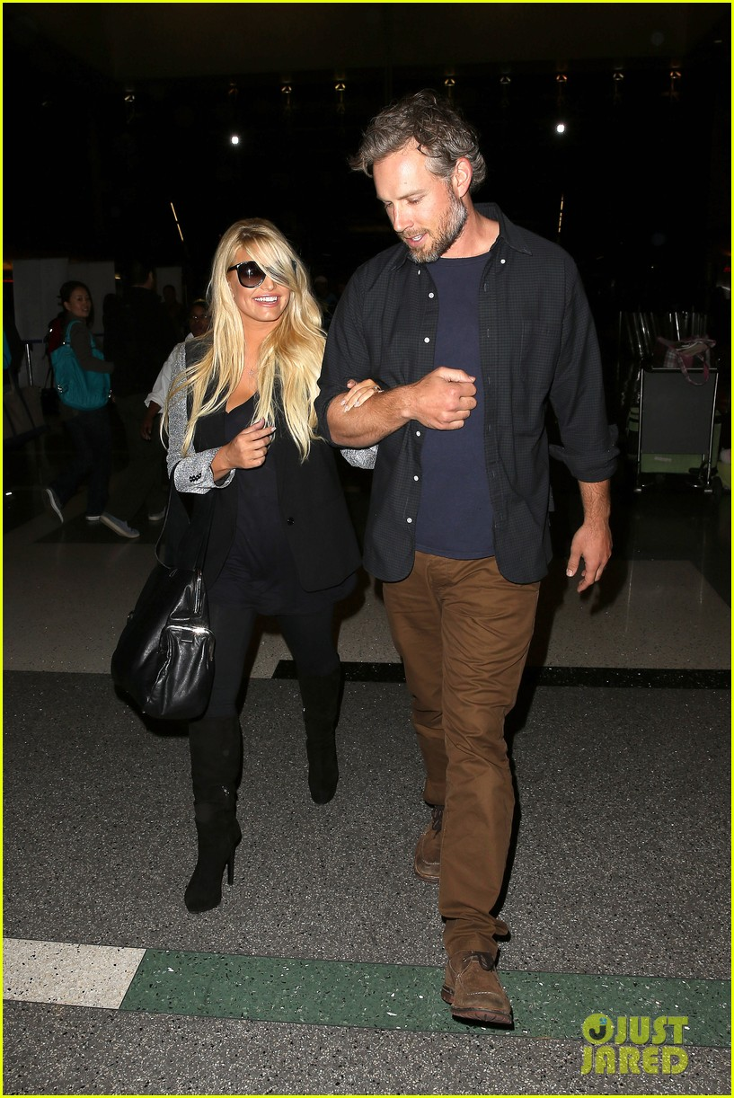 jessica simpson links arms with eric johnson at airport 022971799