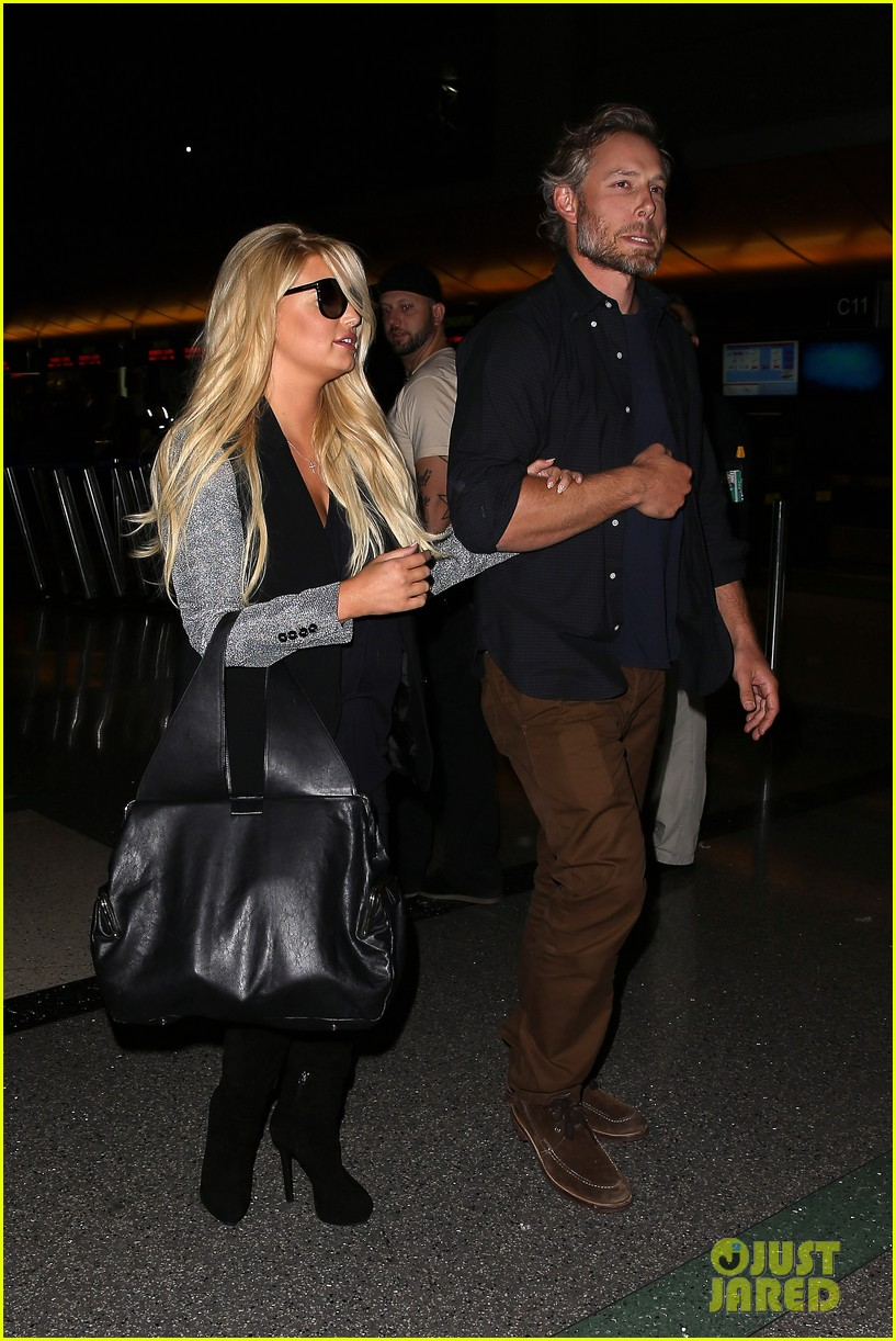 jessica simpson links arms with eric johnson at airport 052971802