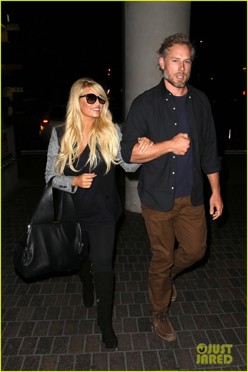 jessica simpson links arms with eric johnson at airport 09