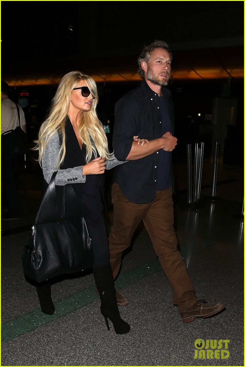 jessica simpson links arms with eric johnson at airport 11