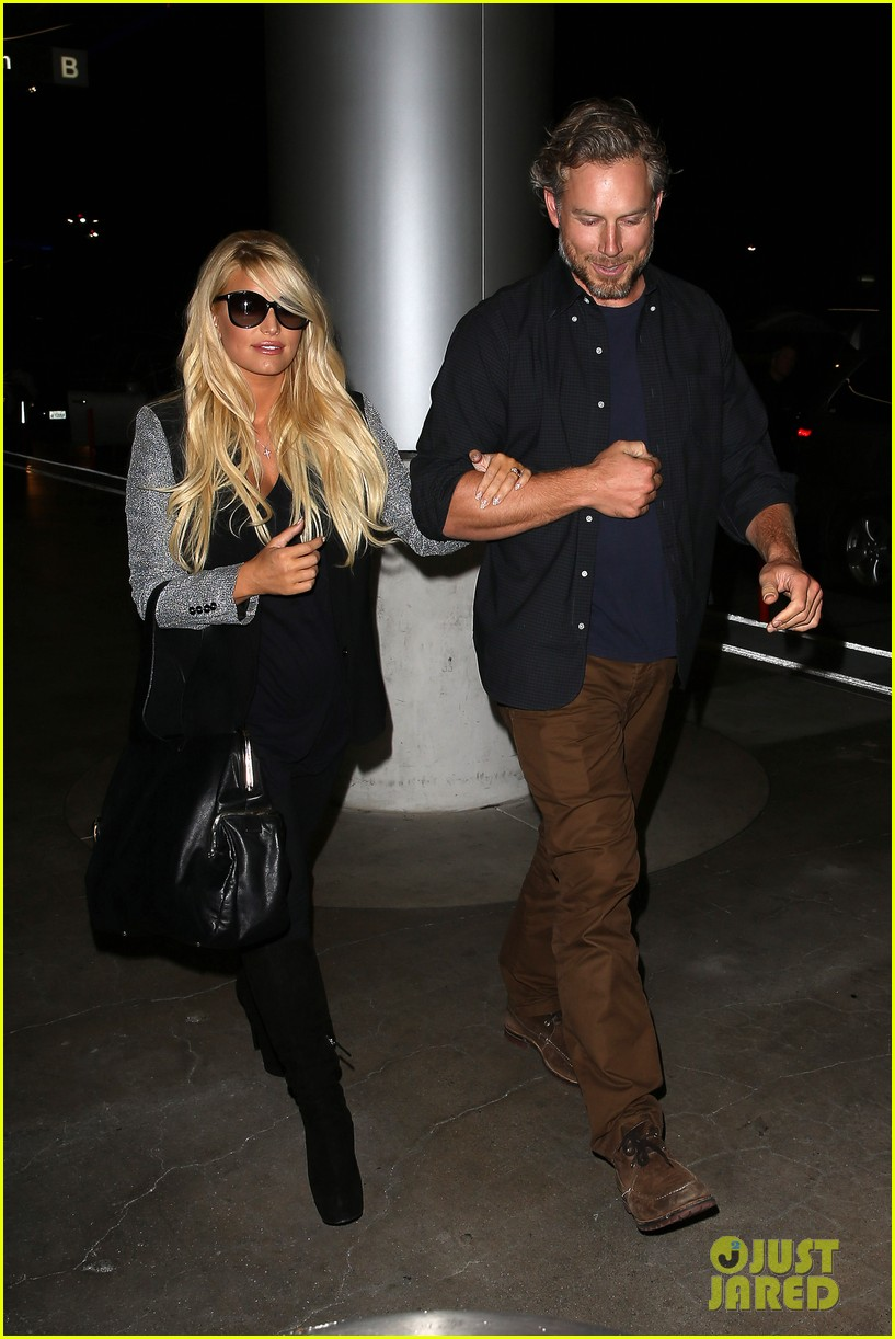 jessica simpson links arms with eric johnson at airport 132971810