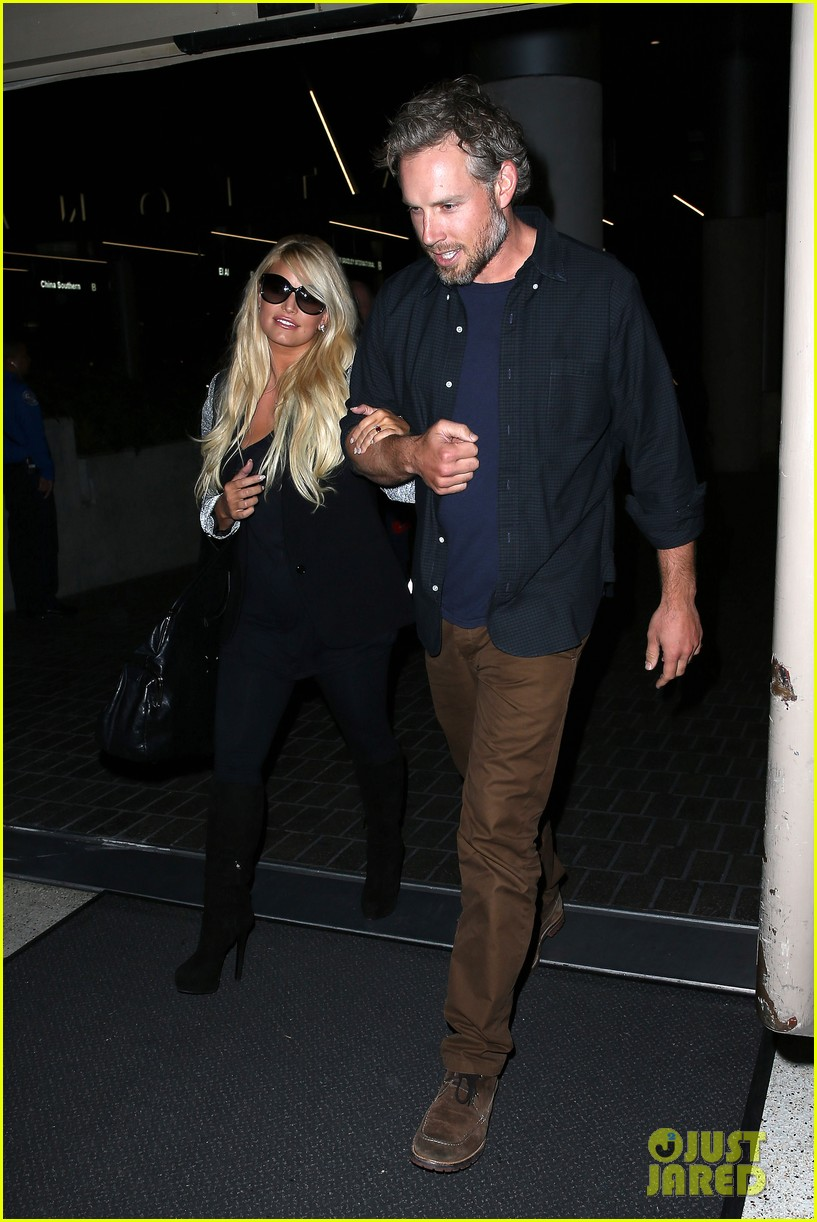 jessica simpson links arms with eric johnson at airport 152971812