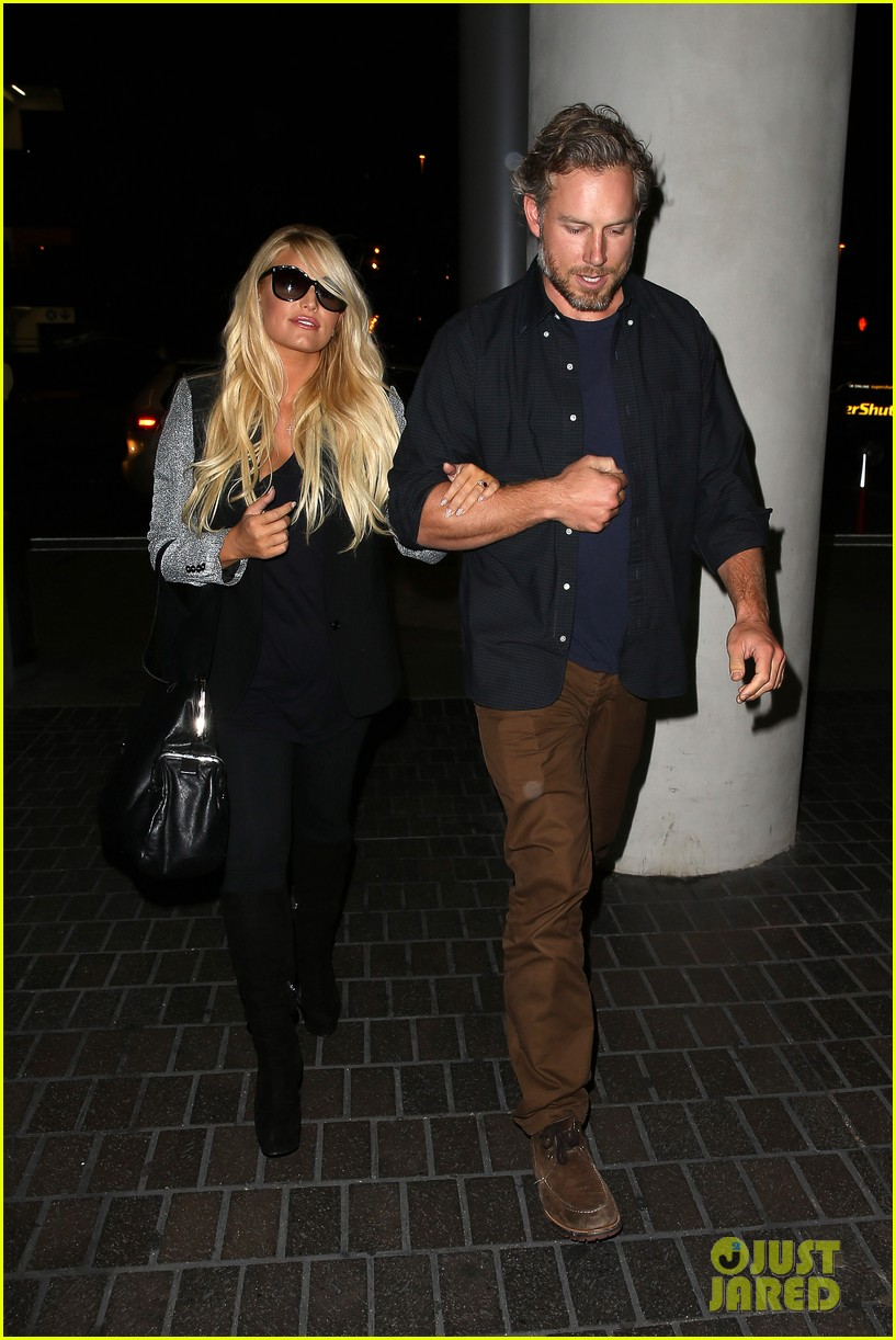 jessica simpson links arms with eric johnson at airport 162971813