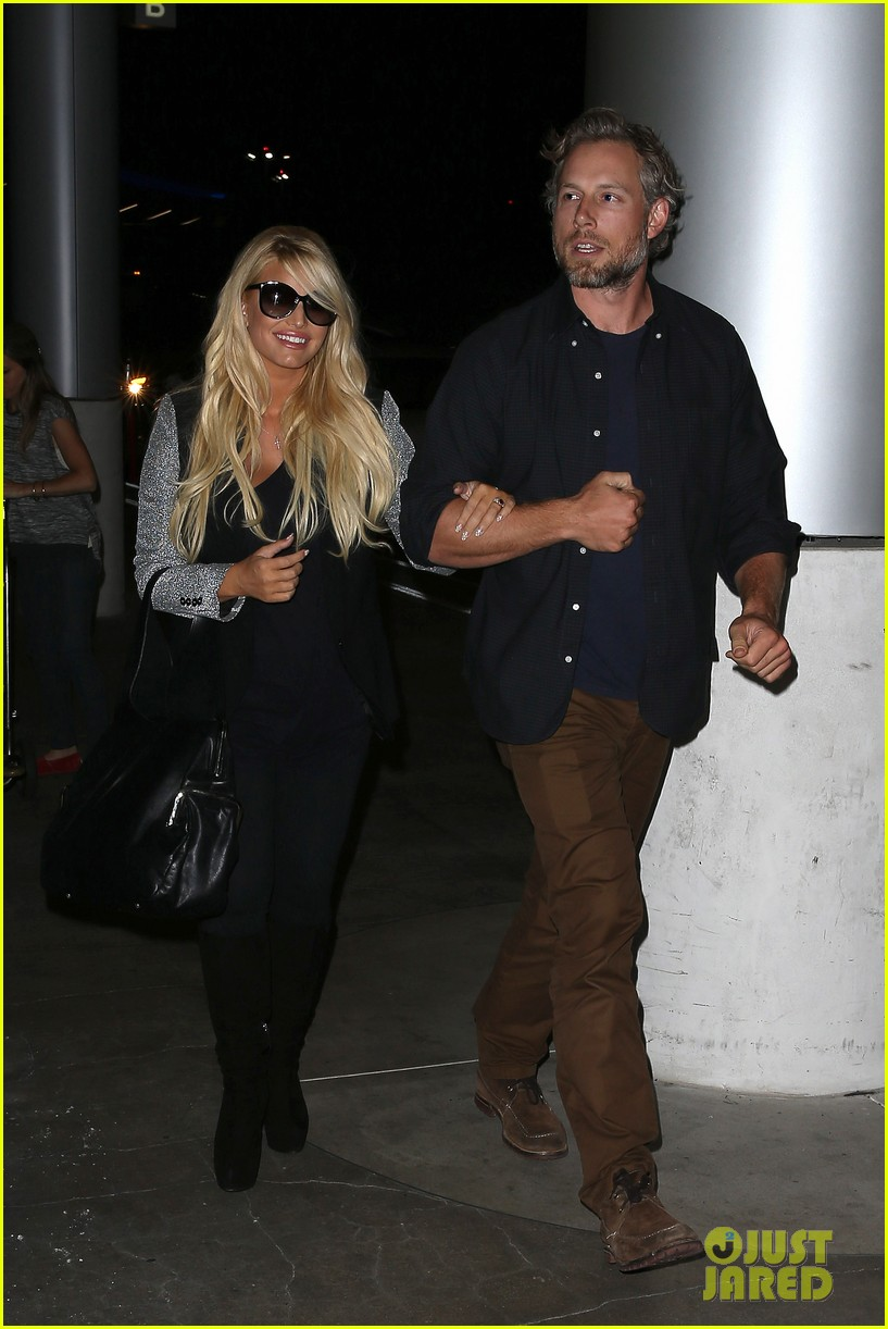 jessica simpson links arms with eric johnson at airport 172971814