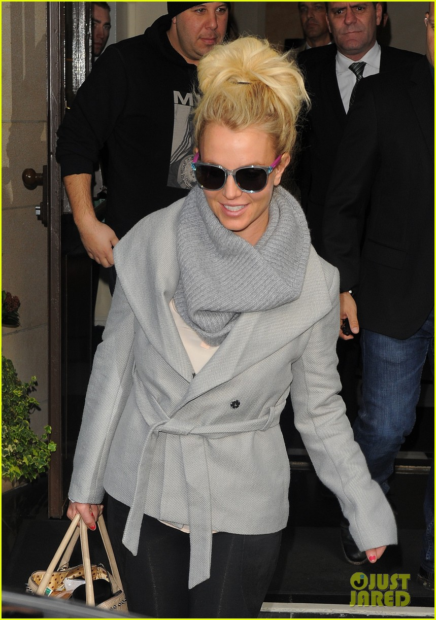 britney spears london exit after taping chatty man 102973627