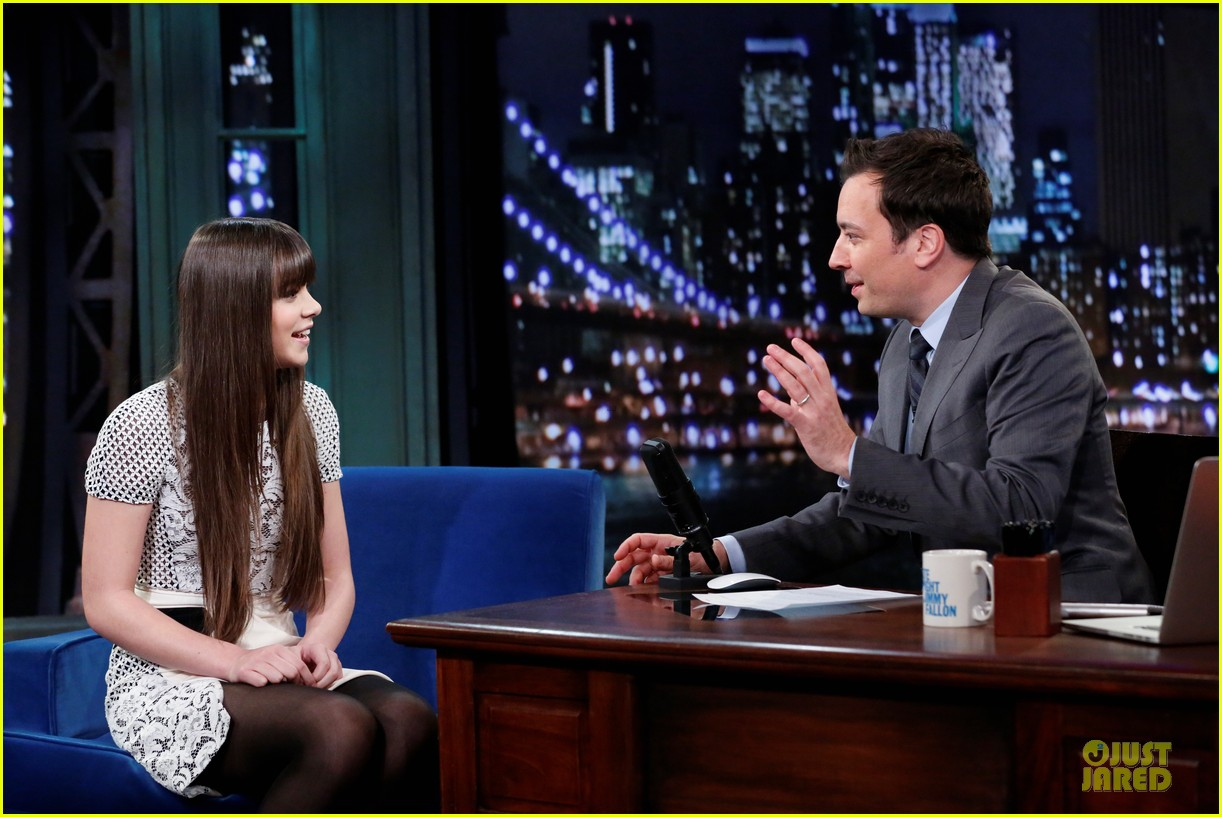 hailee steinfeld backstage at jimmy fallon watch now 092977239