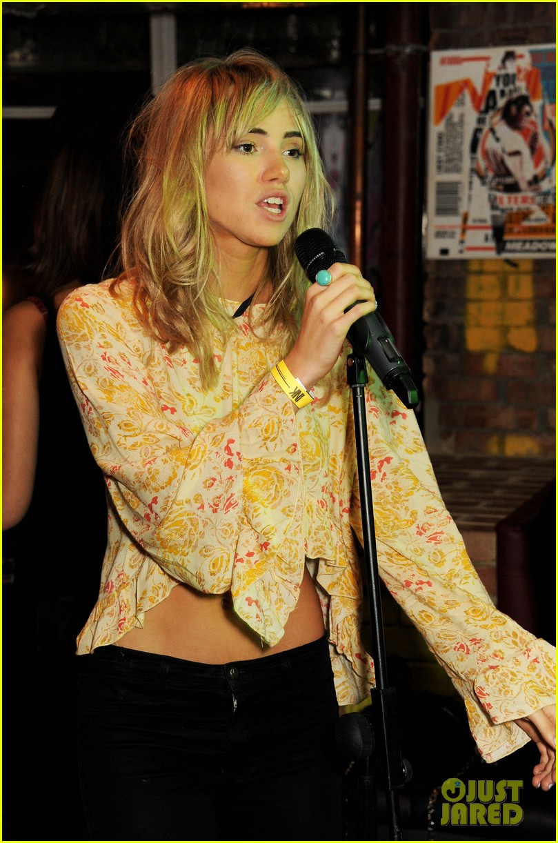 suki waterhouse sings at prowl magazine launch 022979176
