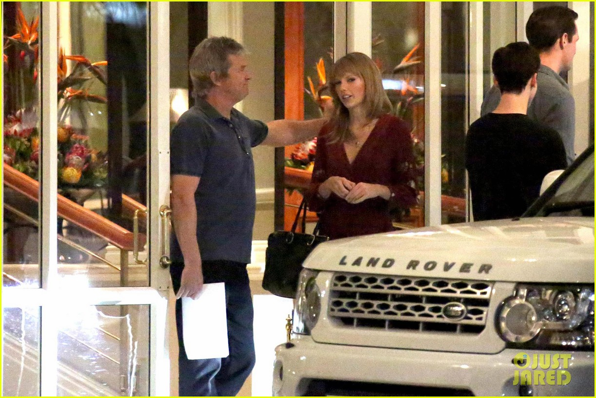 taylor swift alexander skarsgard dine with the giver cast 122976435