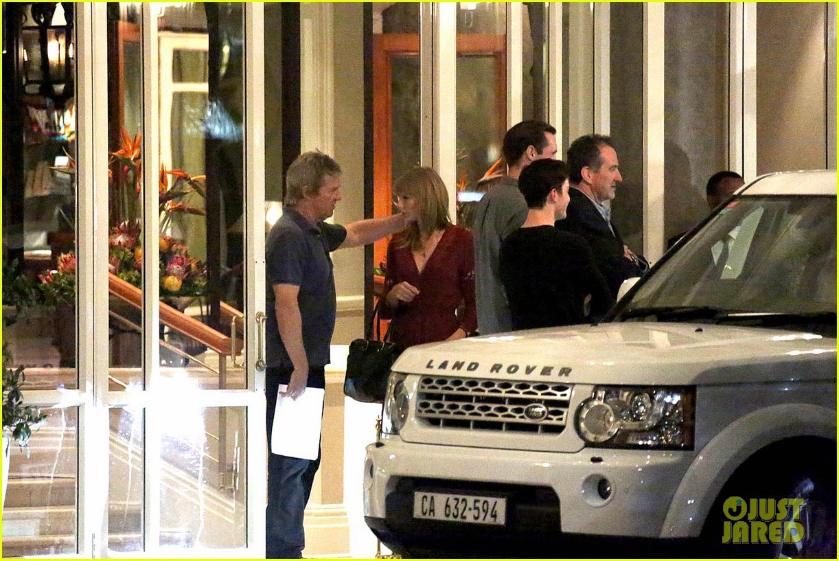 taylor swift alexander skarsgard dine with the giver cast 19