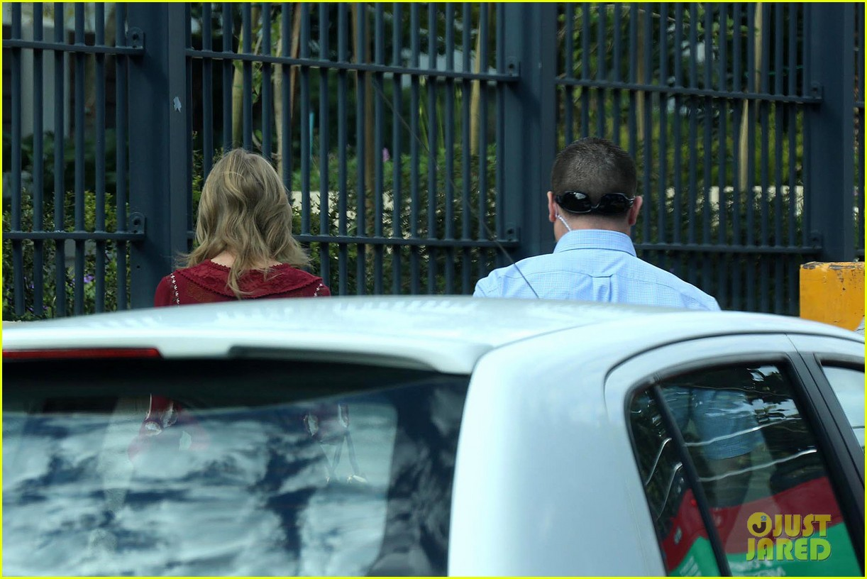 taylor swift alexander skarsgard dine with the giver cast 212976444