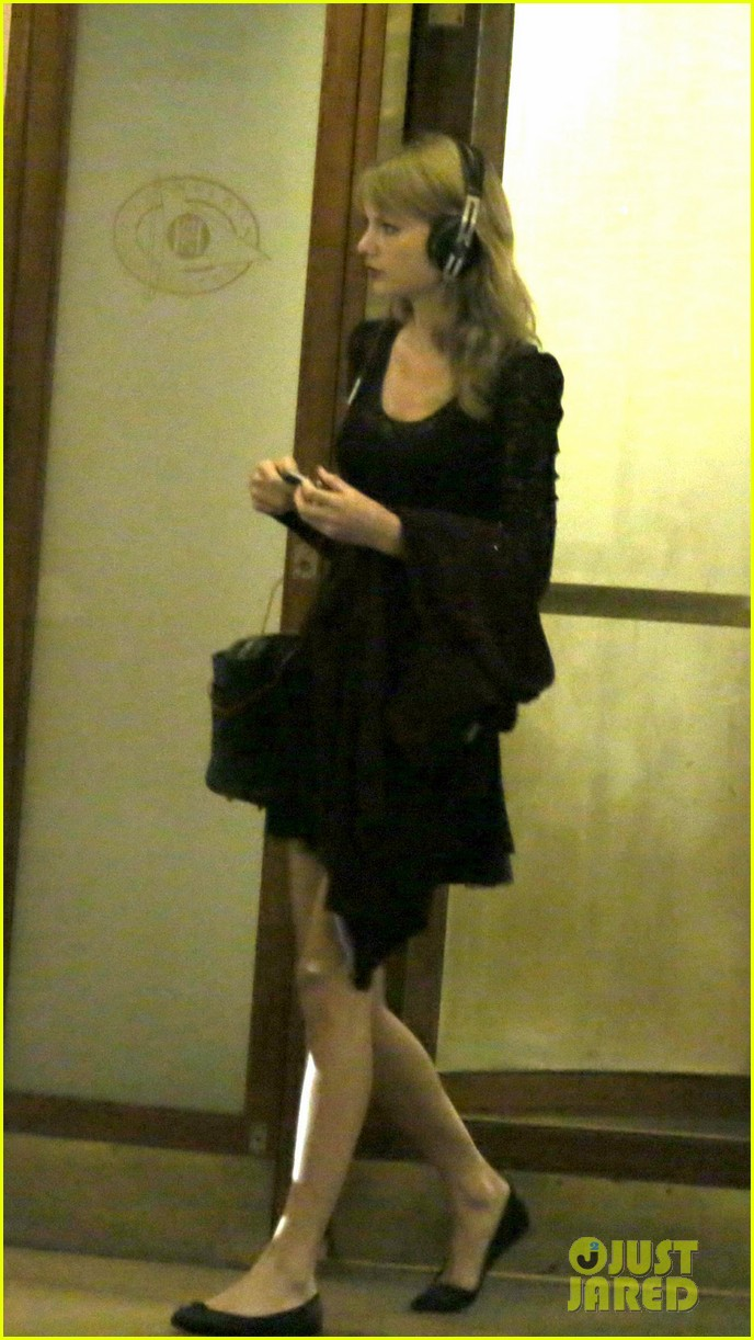 taylor swift alexander skarsgard dine with the giver cast 282976451