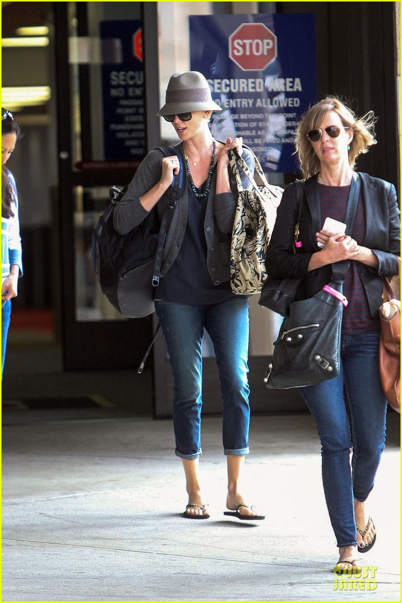 charlize theron snack grabbing lax arrival 052981930