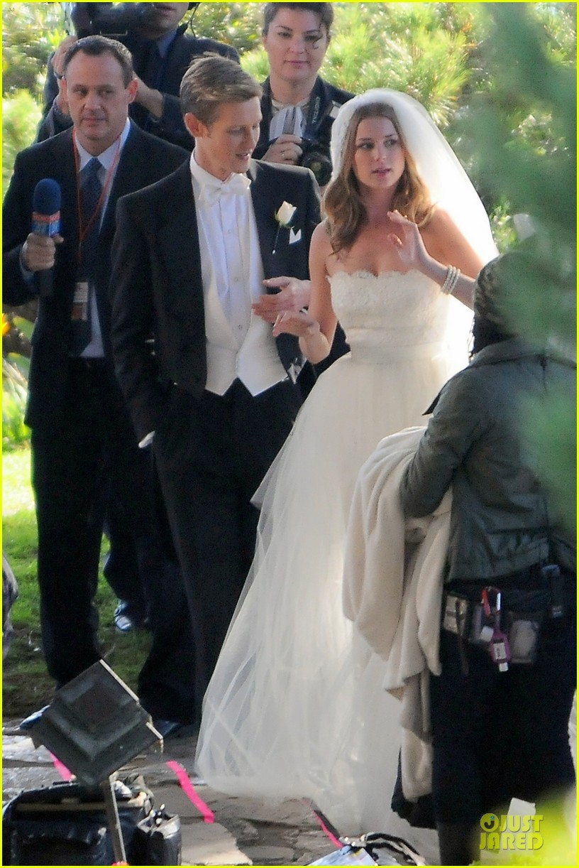emily vancamp white wedding dress for revenge 01