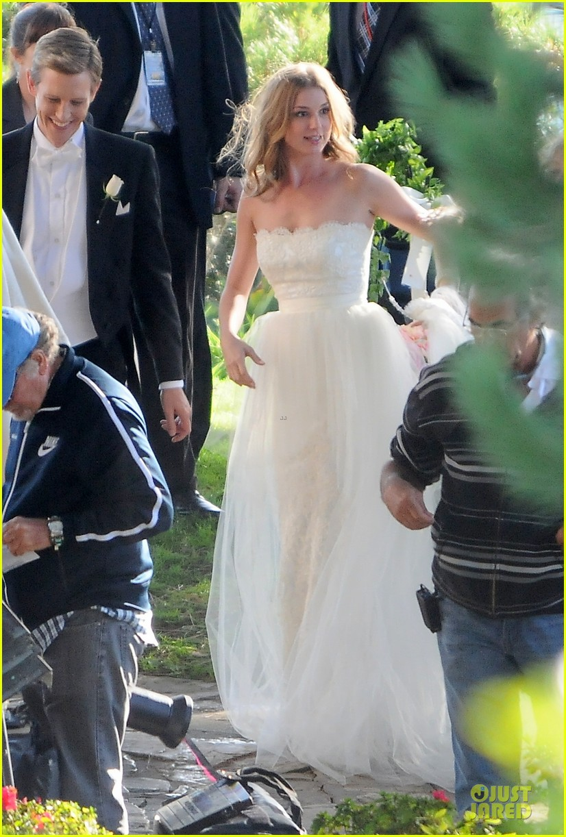 emily vancamp white wedding dress for revenge 022982600