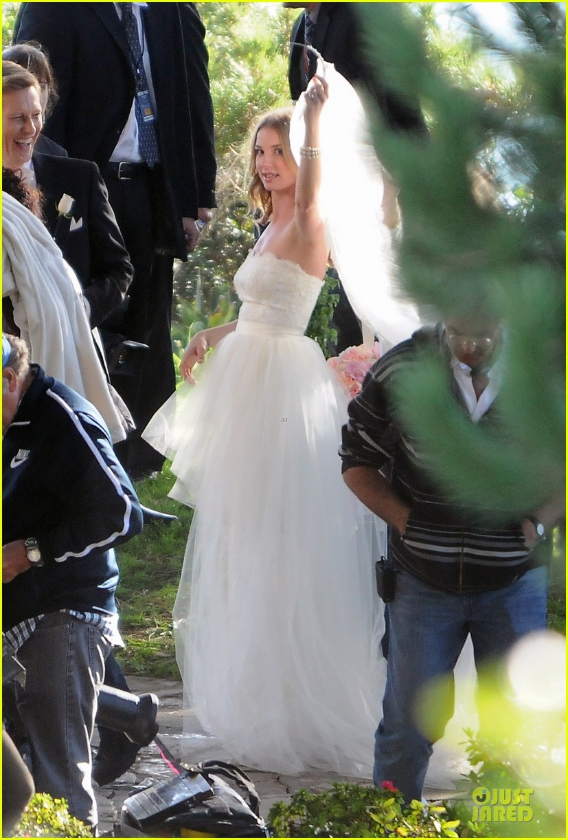 emily vancamp white wedding dress for revenge 06