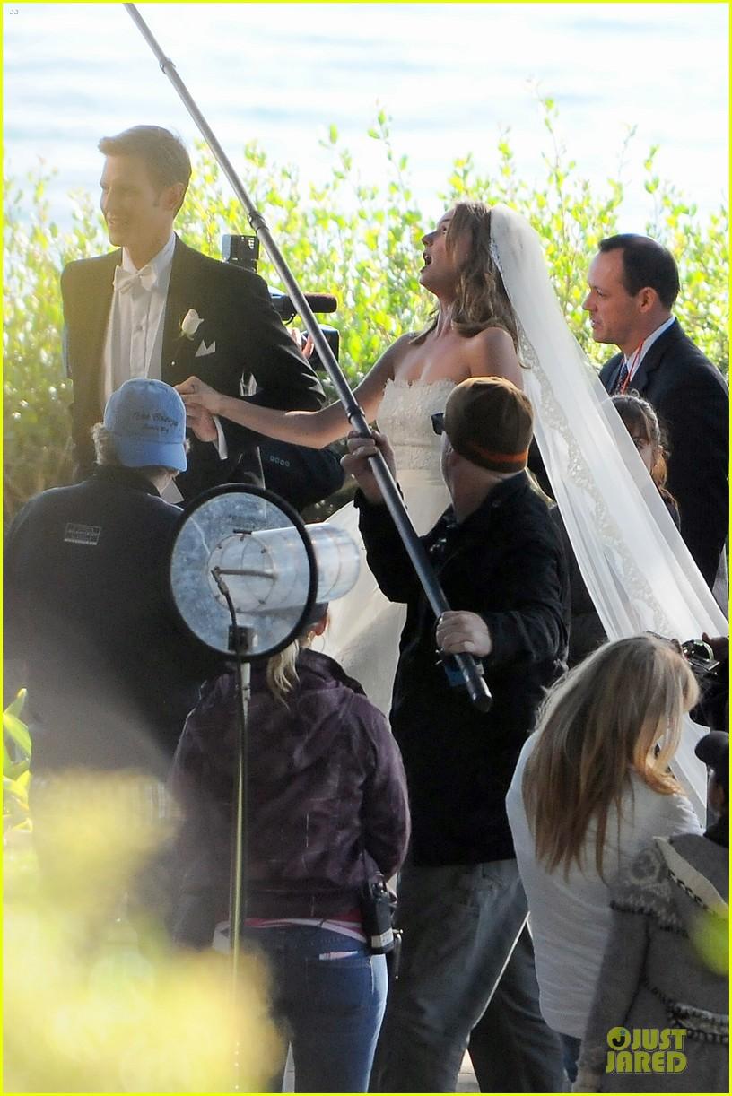 emily vancamp white wedding dress for revenge 082982606